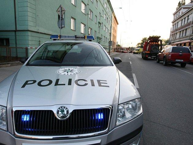 Srážku trolejbusu a osobního vozu vyšetřují policisté kvůli zranění mladé ženy.