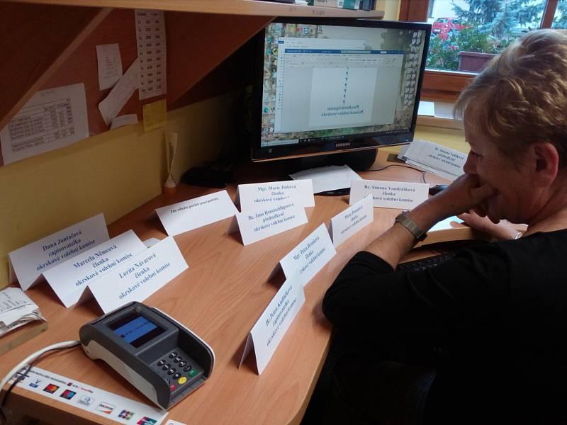 Příprava na volby v Dubném.