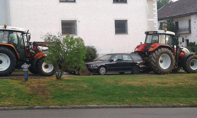 Traktor zlodějům nepomáhal, ale zablokoval je.