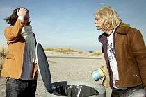 Příliš čisté Dánsko se nelíbí hrdinovi mystifikačního dokumentu Žádost o azyl z ekologických důvodů. Chce se proto odstěhovat do Česka. Snímek se promítá na Ekofilmu.