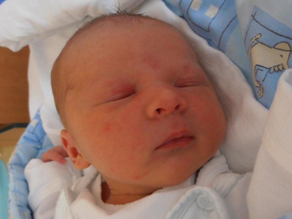 Tříletá Natálka Hrabčáková už doma v Českých Budějovicích netrpělivě vyhlíží brášku Šimona Hrabčáka. Ten se  narodil  v  18  hodin  a  43 minut v pondělí 18.6.2012. Porodní váha byla 3,67 kg.