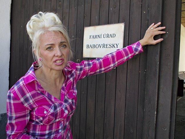 Zdeněk Troška natáčí v Dobčicích na Českobudějovicku komedii Babovřesky. Na snímku Veronika Žilková jako manželka starosty.