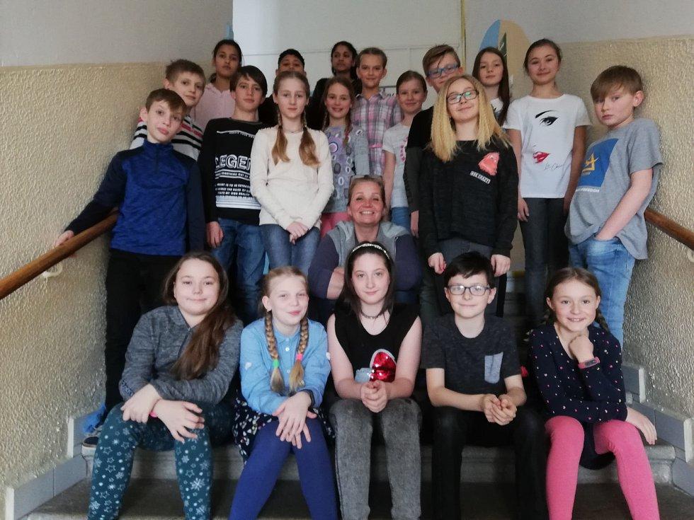 Učitelka Karla Ptáčníková (uprostřed) se třídou, která ji nominovala na Zlatého Ámose.