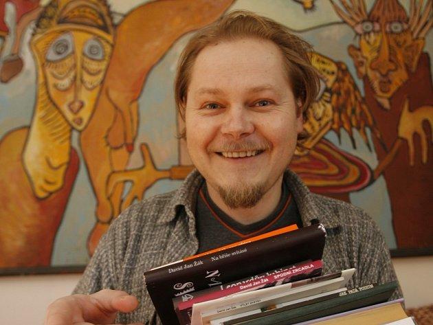 Spisovatel, výtvarník  i  učitel jsou scény, na kterých se David Jan Žák nyní pohybuje.