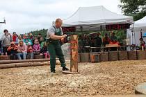 Soutěže v dřevorubeckých disciplínach přilákaly na Hojnou Vodu desítky soutěžících z blízkého okolí í vzdálenějších míst. S pilami, sekerami, špalky a polínky se tu oháněli nejen muži, ale i řada žen a dětí.