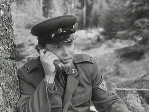 Záběr zfilmu Černý vlk, který se natáčel na Šumavě. Ustromu telefonu Petr Šporcl, který dodnes působí vJihočeském divadle.
