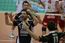 Z vítězství v prvním utkání finále nad Ostravou se radují budějovičtí hráči Sukuba, Fila a Motys.