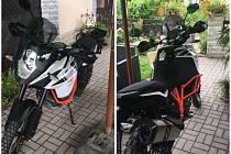 Fotografie odcizeného motocyklu a pachatele při jeho odjezdu.