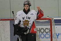 Hokejistky HC ESA Praha (bílé dresy, v tmavém Kobra) vyhrály Dragon cup v Hokejovém centru Pouzar.