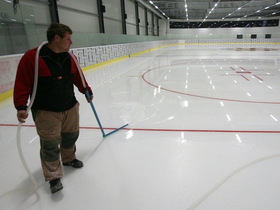 Poslední přípravy před zahájením zkušebního provozu v Hokejovém centru Pouzar,