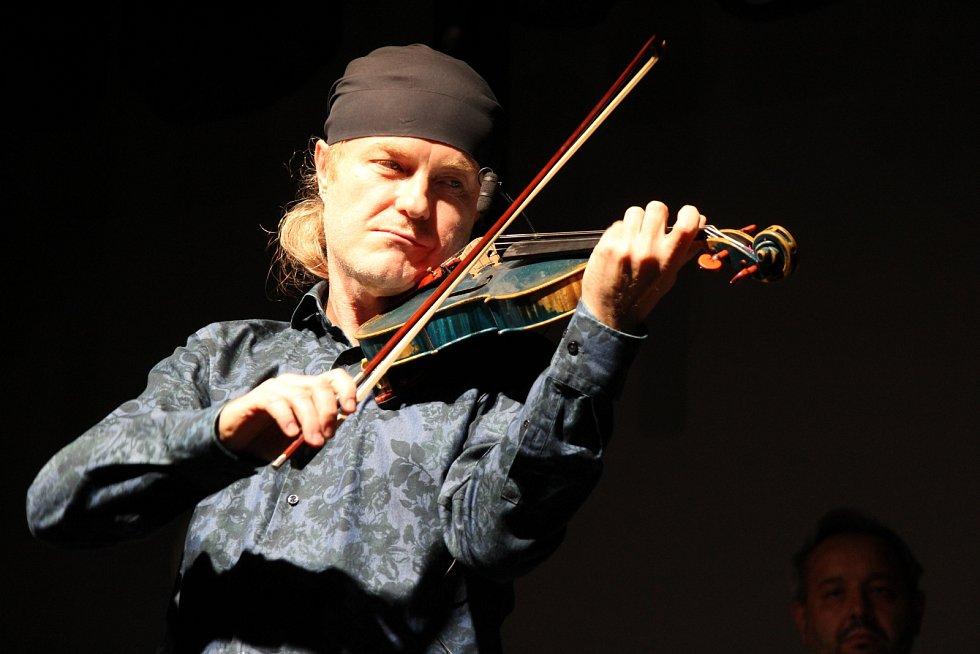 Kaplice uspořádala benefiční koncert pro lidi z první linie. O nezapomenutelný zážitek se postaral Pavel Šporcl.