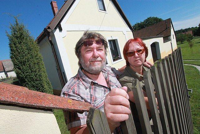 Manželka Táňa (vpravo) je první čtenářkou Míkových scénářů. Dává pozor i na případné chyby a nesrovnalosti.