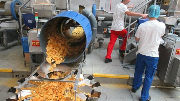 V choustnické pobočce firmy Intersnack vyrábí zaměstnanci na dvou linkách tradiční české brambůrky Bohemia a na třetí křupavé snacky různých tvarů například Pom-Bär.