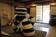 Výstava umění ve městě má vernisáž 15. 6. v Galerii Mariánská. Na snímku socha Soused od Richarda Kočího v Hotelu Budweis.