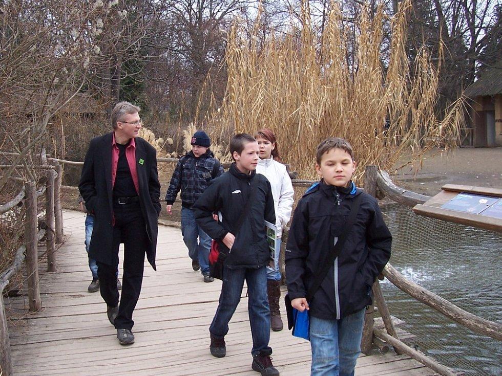 Spoustu zajímavostí o zvířatech se skauti dozvěděli od biologa Marka Orka Váchy při společní návštěvě zoo.