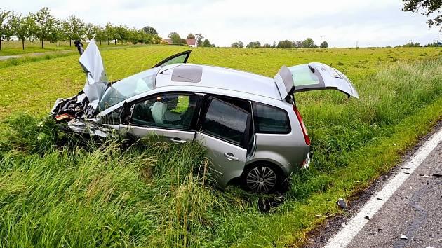 Na silnici ze Srubce na Ledenice se srazila dvě auta. Výsledkem jsou tři zraněné osoby.