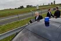 Premiér Jiří Rusnok u dálnice D3 u Soběslavi, který navštívil 3. září při cestě po Jihočeském kraji.