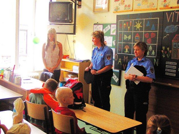 Do základní školy v ulici Matice školské přišly v pondělí za prvňáčky  městské policistky.