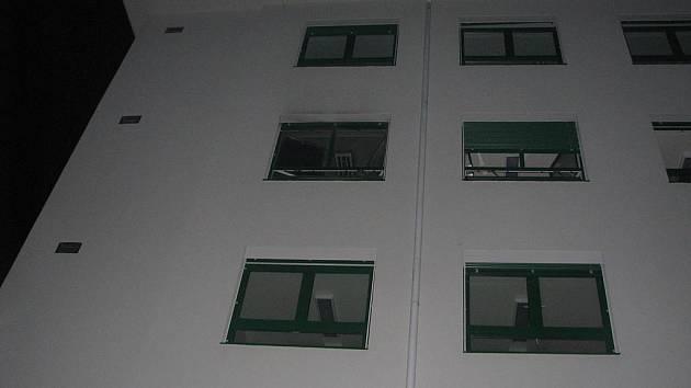 Pohled na budovu nemocnice, ve které hořelo.