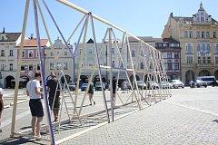 Právě teď na Náměstí Přemysla Otakara II. staví studio Mjölk Architekti stanové městečko, které se stane pomyslným Majálesovým centrem festivalu.
