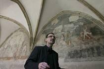 Výjimečné malby z dob gotiky i renesance odkryli restaurátoři podle památkáře Petra Pavelce (na snímku) v bývalém dominikánském klášteře v Českých Budějovicích.