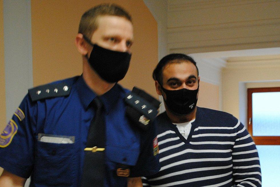 Z trojnásobného pokusu o vraždu na budějovickém sídlišti Máj obžalovaný E. L. přichází k hlavnímu líčení.