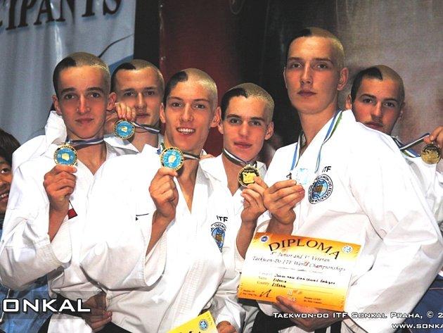 ítězný tým z mistrovství světa a v  taekwondo ITF je z ČR. Jeho součástí je i Jihočech Tomáš Jungwirth, student Gymnázia olympijských nadějí v Č. Budějovicích, který se z Uzbekistánu vrátil s titulem mistra světa a se zlatou medailí.