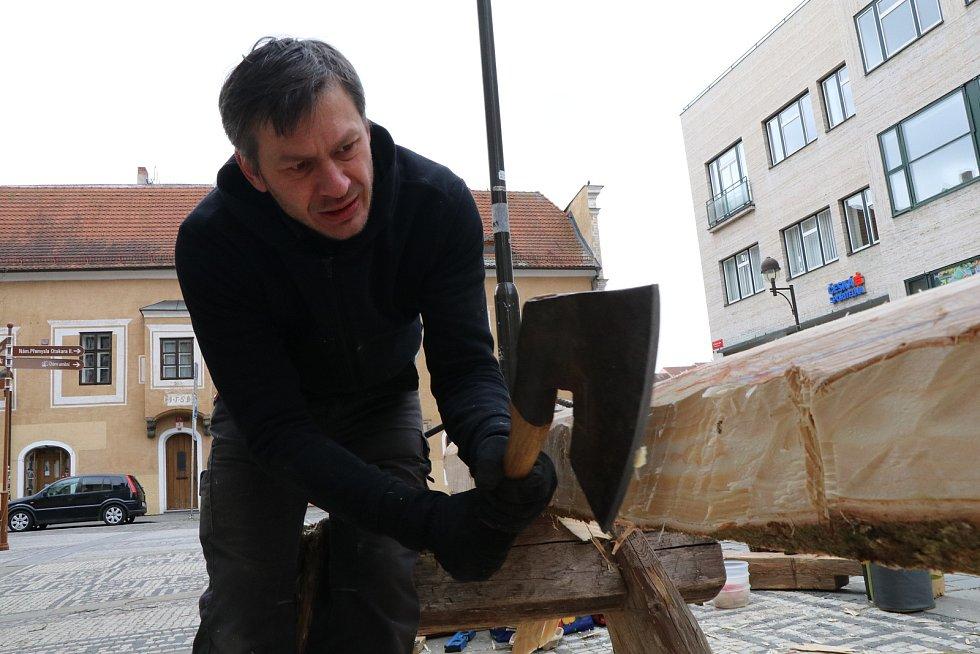 Tesání kříže u českobudějovické katedrály.
