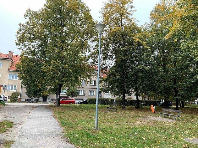 Park mezi Polní ulicí a Mlýnskou stokou vHavlíčkově kolonii by mohl být obyvatelům pohodlnější.