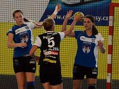 ZKLAMALY. Písecké hráčky Sára Kovářová (vlevo) a Dominika Bullová nastřílely dohromady stejně gólů jako plzeňská Lucie Pešičková (uprostřed). Ta byla s pěti brankami druhou nejlepší střelkyní domácí Plzně.