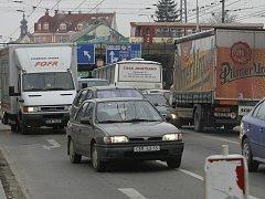 Jedním z největších problémů Českých Budějovic je doprava. Kritická je například situace u viaduktu v Rudolfovské třídě.