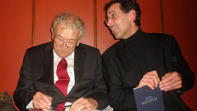 Básník Karel Šiktanc se svým čtenářem a obdivovatelem Michalem Bauerem.