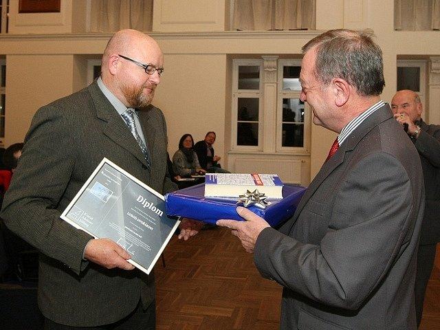 Luboš Dvořák (vlevo) převzal Regionální novinářskou cenu.