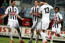 Jaroslav Machovec (vlevo) se v zápase s Duklou se svými spoluhráči raduje z vedoucího gólu.