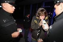 V Palm Beach opět nalili dětem. Klubu hrozí, že ho zavřou. Na snímku kontrola policie v Českých Budějovicích 9. října.