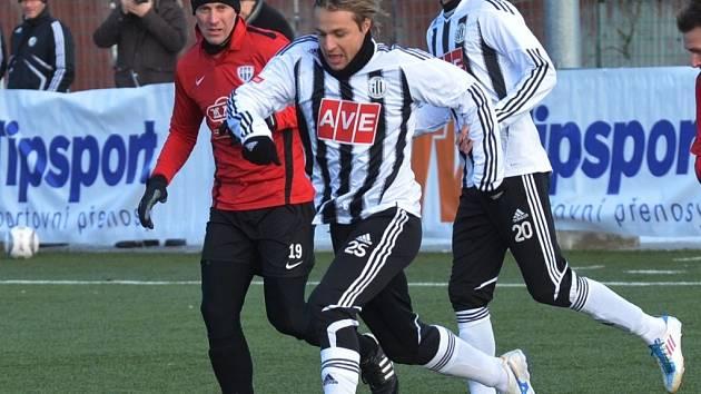 Jaroslav Černý v zápase s Táborskem uniká Janu Šimákovi.