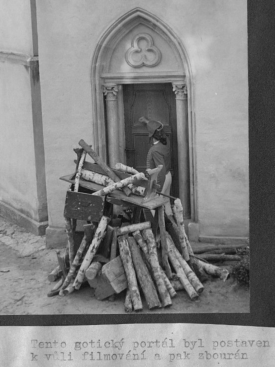 Tento gotický portál byl kvůli filmování speciálně postaven a pak zbourán.