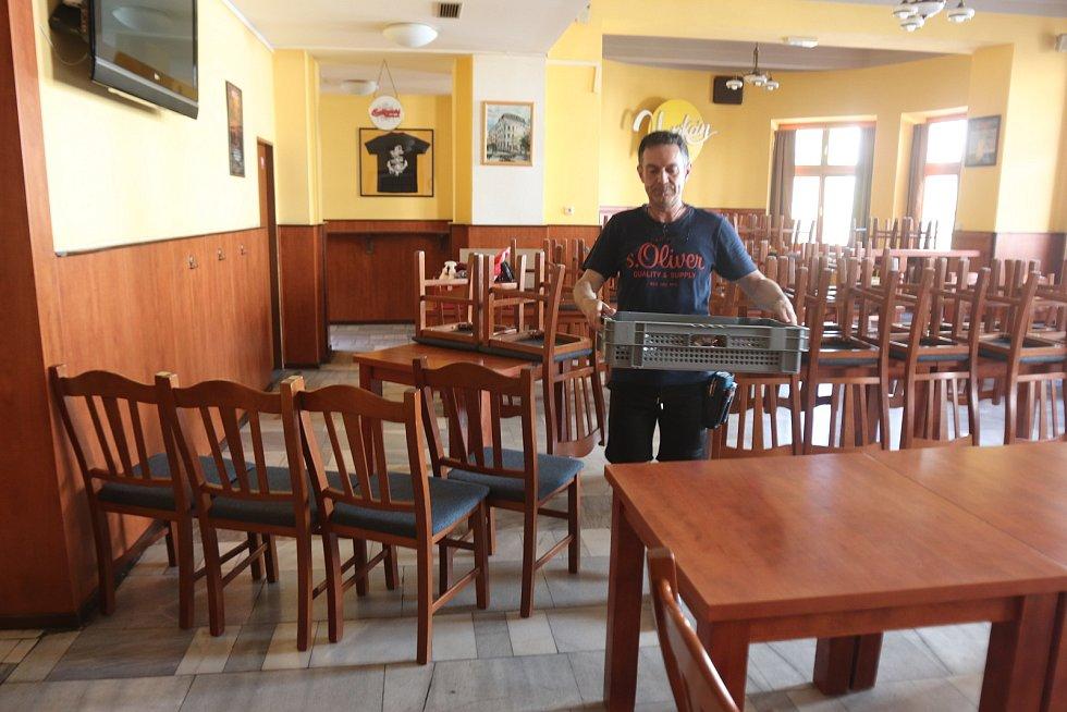 """V restauraci Vatikán na Lannově třídě na začátku týdne naváželi stoly a židle k prostornému venkovnímu posezení. """"Těšíme se na pondělí a na naše hosty,"""" říká provozní Martin Šnokhaus. """"Všechno zjednodušíme. Covid nás naučil, že méně je víc. Novinky žádné"""