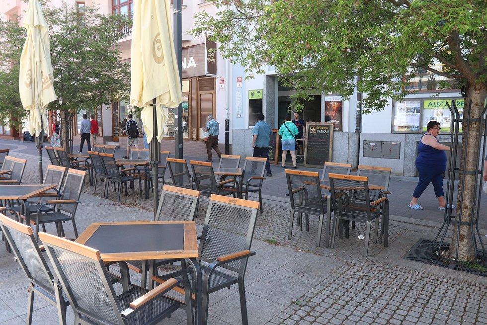 """V restauraci Vatikán na Lannově třídě na začátku týdne naváželi stoly a židle k venkovnímu posezení.  """"Všechno zjednodušíme. Covid nás naučil, že méně je víc. Novinky žádné nepřipravujeme. Jsme pivnice, budeme prostě točit dobré pivo,"""" říká Martin Šnokhau"""