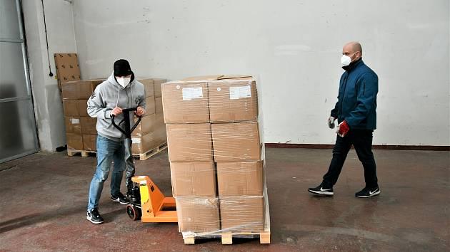 Zaměstnanci Krajského úřadu Jihočeského kraje ve spolupráci s hasiči rozváží do jihočeských mateřských a základních škol, stejně tak do víceletých gymnázií roušky.
