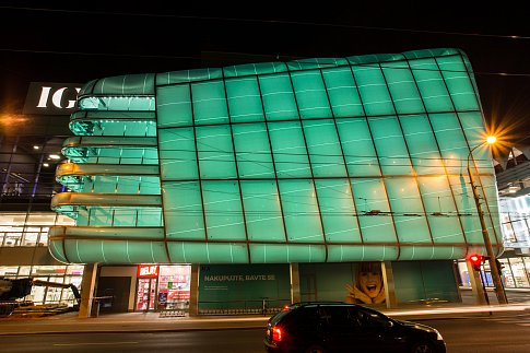 Unikátní zakulacená fasáda IGY Centra v Českých Budějovicích se ve čtvrtek večer poprvé rozzářila barvami na znamení, že modernizace obchodního domu je u konce. Stavební úpravy začaly před dvěma roky.