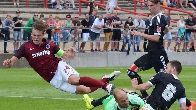 Zdeněk Křížek za asistence obou stoperů Nováka a Šourka zasahuje před sparťanem Pulkrábem: Sparta - Dynamo v přípravě 2:1.