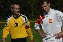 Zkušený Aleš Mikšátko (vlevo v podzimním utkání s Dřítní) a jeho Lokomotiva má v I. A třídě starosti.
