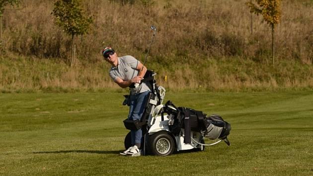 PARAGOLF. Nejvíce postiženým hráčům umožňuje hru speciální vozík paragolfer. Na snímku je Pavel Bambousek.