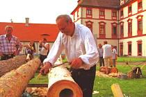 K návštěvnosti v turisticky zajímavých objektech přispívají i jednorázové akce. Na snímku je například ukázka práce se dřevem při Muzejní noci v zámku Ohrada u Hluboké nad Vltavou.