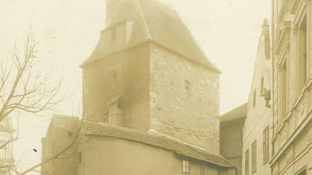 Zaniklá hradební věž Manda v českobudějovické Kněžské ulici postavená možná za vlády Karla IV.