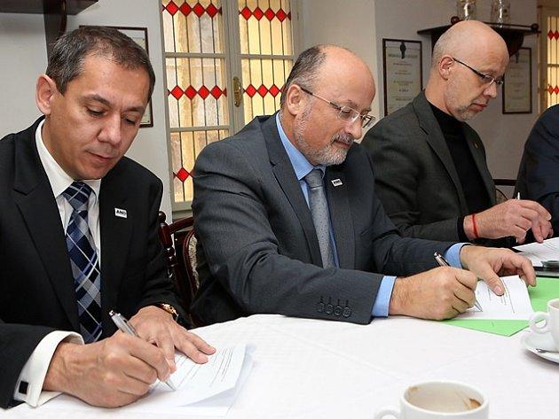 Podpis koaliční smlouvy v Českých Budějovicích. Zleva Pavel Matoušek, Jiří Svoboda (oba ANO) a Ivo Moravec (HOPB).