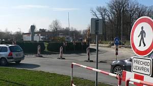 Na konci března začaly opravy kruhové křižovatky v Hluboké nad Vltavou. Průjezd na silnici z Českých Budějovic do Týna nad Vltavou řídí semafory.