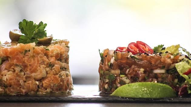 Tatarák z lososa. Vlevo s koprem na středomořský způsob a vpravo s koriandrem na asijský.