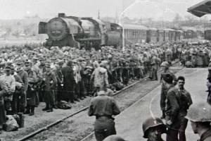 Zajatci na rakouském nádraží.